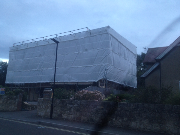 Scaffolding with complete sheeting coverage